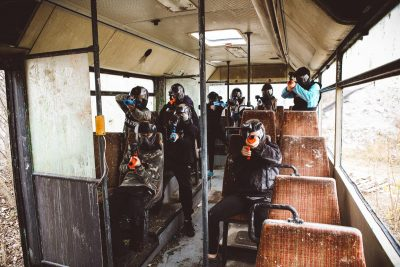 Im verlassenen Bus verschanzen